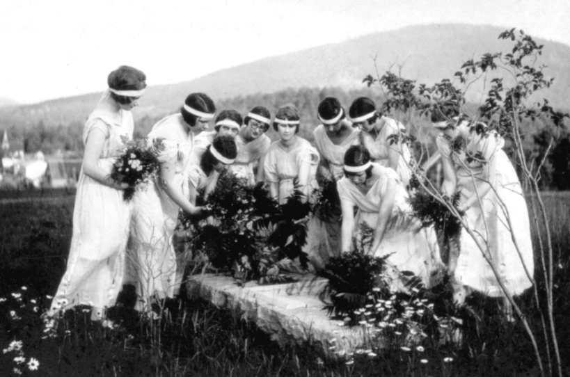 1924, young suffragists laying flowers on Inez's grave
